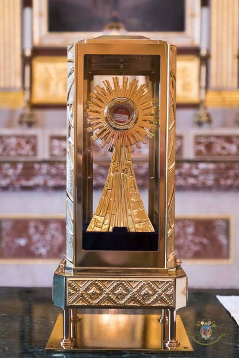 eucharisztikus-csoda-batan-a-jelenlegi-szent-ver-ereklye-uj-tartojaban.jpg