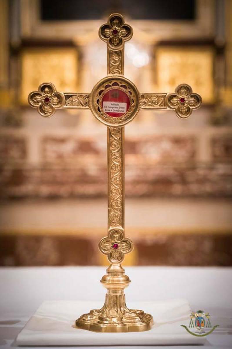 eucharisztikus-csoda-batan-a-jelenlegi-szent-ver-ereklye-elso-tartojaban.jpg